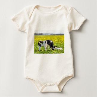 Body Para Bebê Três calfs recém-nascidos no prado dos
