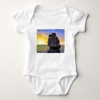 Body Para Bebê Um navio de navigação preto de Corveta e o ajuste