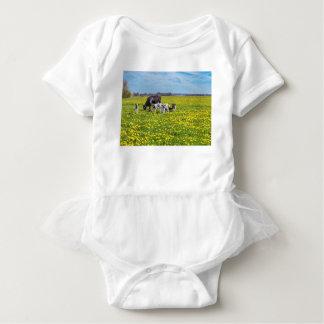 Body Para Bebê Vaca com as vitelas que pastam no prado com