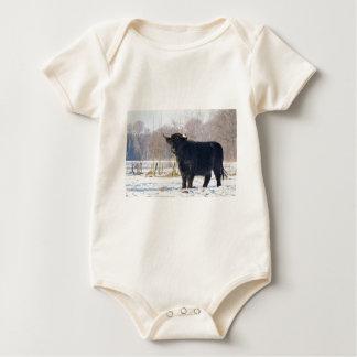 Body Para Bebê Vaca escocesa preta do escocês na neve do inverno