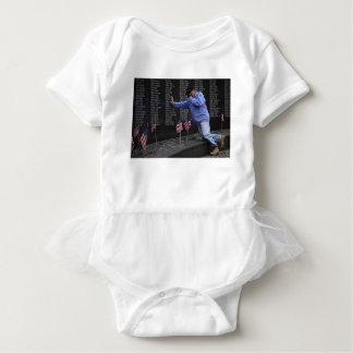Body Para Bebê Visitando a parede memorável de Vietnam, C.C. de