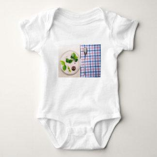 Body Para Bebê Vista superior de um prato saudável da farinha de