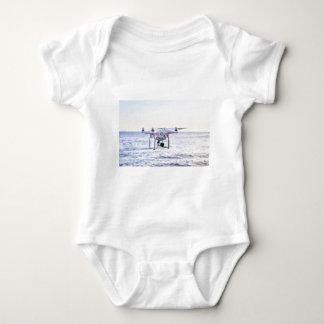 Body Para Bebê Zangão do vôo na costa acima do mar