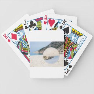 Bola de cristal na praia grega arenosa baraloho de pôquer