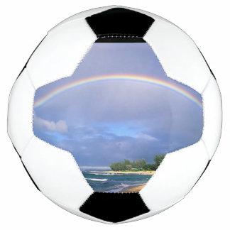 Bola de futebol com um arco-íris bonito do lado da