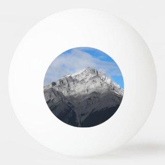 Bola De Ping-pong Pico de montanha cinzento, céu azul nebuloso