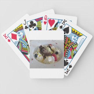 Bola derretida do chocolate com creme do baralho para poker