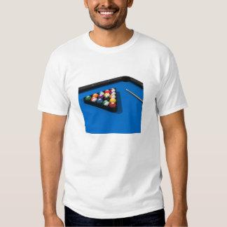 Bolas de piscina na mesa de bilhar de feltro do tshirts