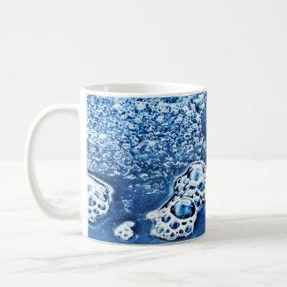 Bolhas azuis gelo e caneca abstrata da água
