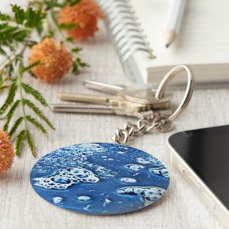 Bolhas azuis gelo e chaveiro abstrato da água