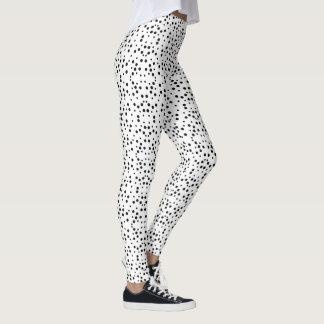 Bolinhas pretas nas caneleiras brancas do legging
