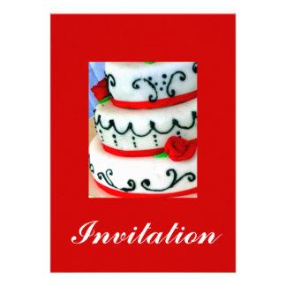 Bolo branco com rosas vermelhas convite