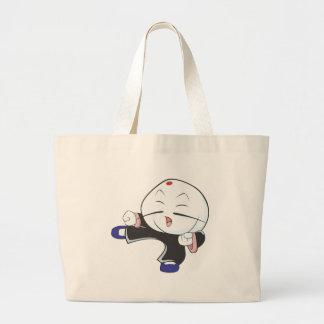 Bolo cozinhado branco na pose das artes marciais bolsa para compras