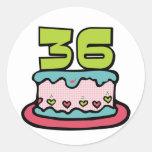 Bolo de aniversário das pessoas de 36 anos adesivos em formato redondos
