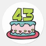 Bolo de aniversário das pessoas de 43 anos adesivo em formato redondo