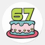 Bolo de aniversário das pessoas de 67 anos adesivo em formato redondo