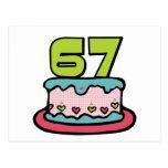 Bolo de aniversário das pessoas de 67 anos cartão postal