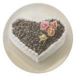 Bolo de casamento da forma do coração com flor, pratos de festas