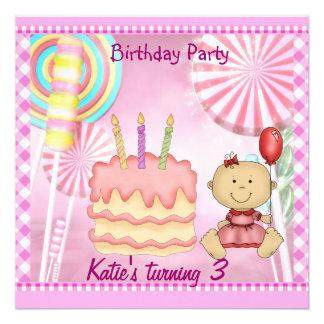 Bolo dos pirulitos do rosa do aniversário de 3 ano convites personalizado