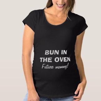 Bolo na camisa de maternidade do forno para que a