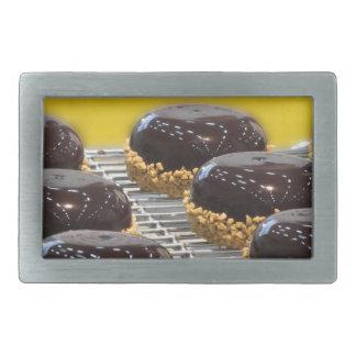 Bolos de chocolate vitrificados pequenos com grões