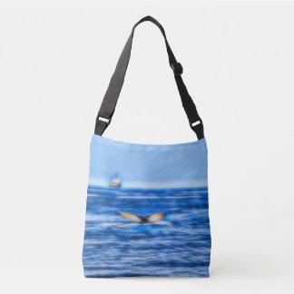 Bolsa Ajustável Cauda e navio da baleia no Fractal do horizonte no