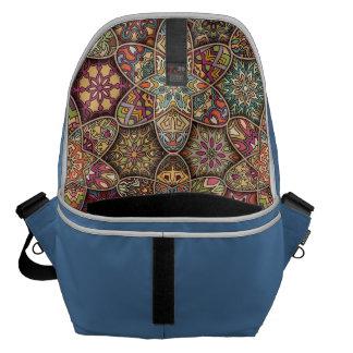 Bolsa Carteiro Retalhos do vintage com elementos florais da