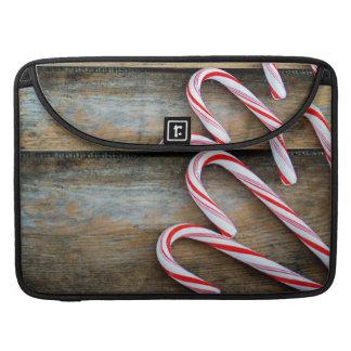 Bolsa MacBook Pro Madeira rústica com os bastões de doces do Natal