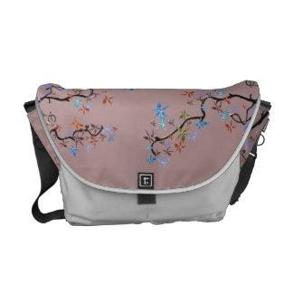 Bolsa Mensageiro Design asiático cor-de-rosa, flores românticas