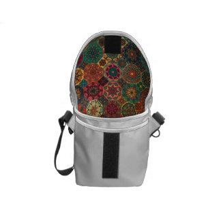 Bolsa Mensageiro Retalhos do vintage com elementos florais da
