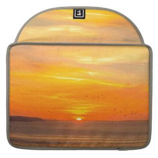 Bolsa Para MacBook Pro Costa do por do sol com Sun alaranjado e pássaros