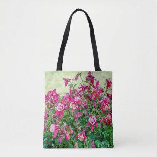 Bolsa Tote Aquilégia do rosa e o brancocom um fundo verde