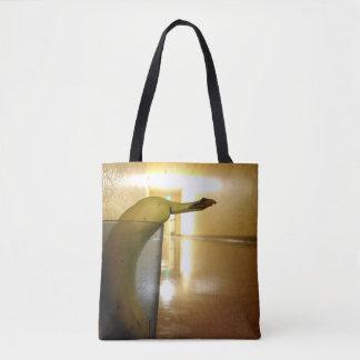 Bolsa Tote Desconhecido no corredor