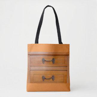 Bolsa Tote fim-acima de uma mobília velha no saco para o