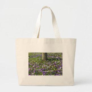Bolsa Tote Grande Açafrões do campo de flores na grama do primavera