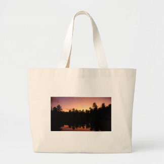 Bolsa Tote Grande Árvores do por do sol refletidas no lago