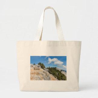 Bolsa Tote Grande Bench na montanha rochosa com árvores e o céu azul