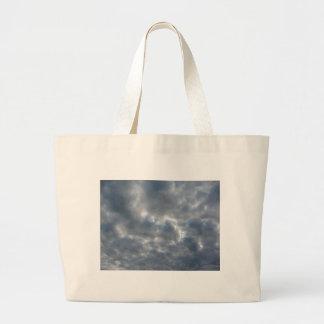 Bolsa Tote Grande Céu morno com as nuvens de cúmulo-nimbo dos