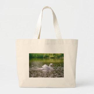 Bolsa Tote Grande Cisne branca em um lago