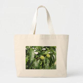 Bolsa Tote Grande Dois pêssegos verdes unripe que penduram em uma