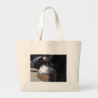 Bolsa Tote Grande Homem com o kilt que joga em cilindros
