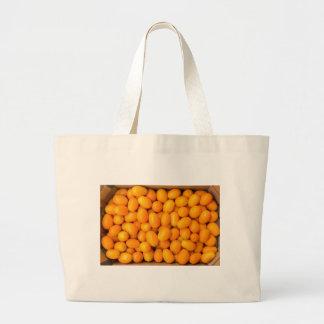 Bolsa Tote Grande Montão de kumquats alaranjados na caixa de cartão