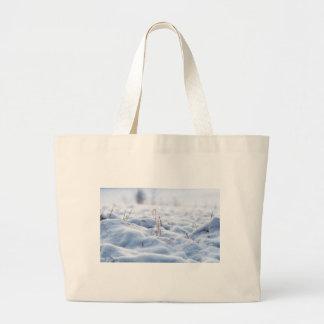 Bolsa Tote Grande Neve em um prado no macro do inverno