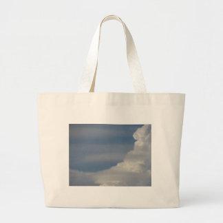 Bolsa Tote Grande Nuvens brancas macias contra o fundo do céu azul