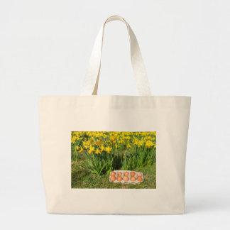 Bolsa Tote Grande Ovos na caixa na grama com daffodils amarelos