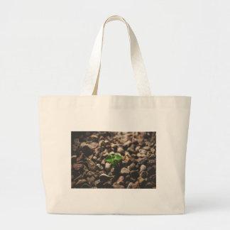 Bolsa Tote Grande Planta frondosa verde que começa crescer em