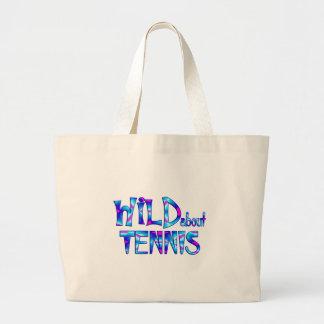 Bolsa Tote Grande Selvagem sobre o tênis
