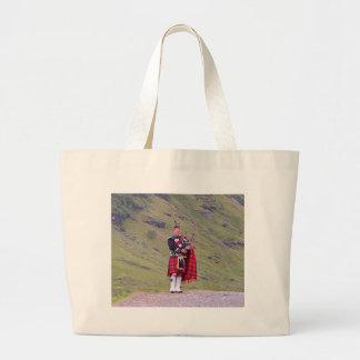 Bolsa Tote Grande Tocador de gaita-de-foles escocês solitário,