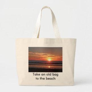 Bolsa Tote Grande Tome um saco velho à praia. Por do sol alaranjado