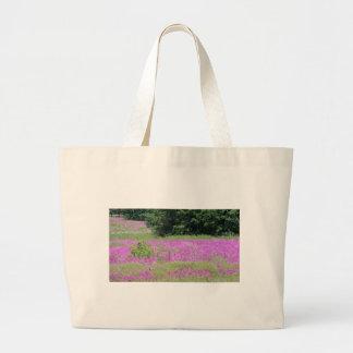 Bolsa Tote Grande Um campo de wildflowers cor-de-rosa do primavera